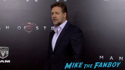 Russell Crowe on the red carpet at the man of steel new york movie premiere red carpet henry cavill hot (19)