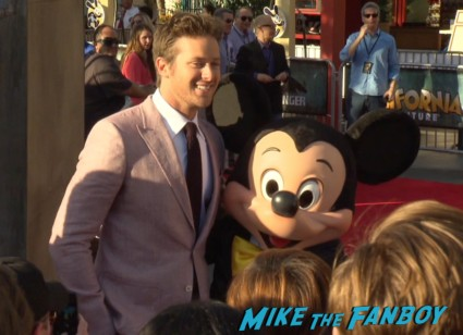 Armie Hammer signing autographs the lone ranger movie premiere johnny depp signing autographs for fans armie hammer (6)