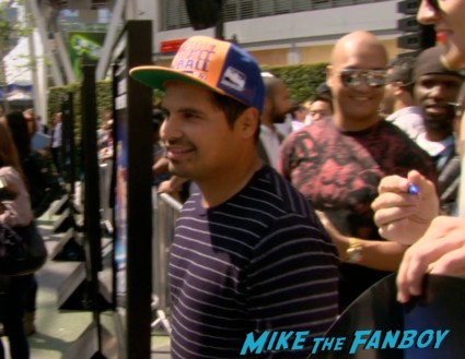 michael pena signing autographs turbo event los angeles snoop dog signing autographs (12)
