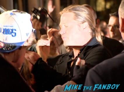 brad pitt signing autographs for fans at the world war z australian movie premeire brad pitt signing autographs (2)