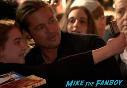 brad pitt signing autographs for fans at the world war z australian movie premeire brad pitt signing autographs (2)