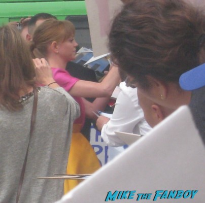 Jayma mays from Glee signing autographs at the smurfs 2 movie premiere rare red carpet promo