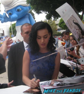 katy perry signing autographs at the the smurfs 2 movie premiere rare red carpet promo