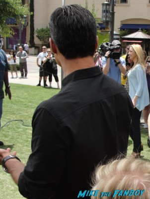 lisa kudrow signing autographs for fans rare promo meeting friends star the opposite of sex the comeback
