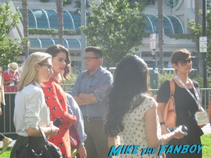 asa butterfield hailee steinfeld signing autographs for fans ender's game