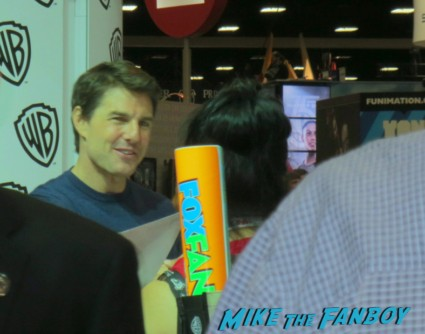 tom cruise signing autograph at the edge of tomorrow autograph signing rare promo