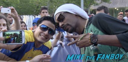 snoop dog signing autographs for fans Turbo Barcelona Premiere red carpet snoop dog signing autographs