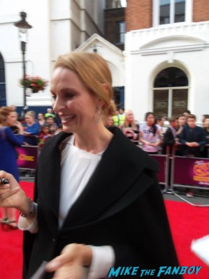 uma thurman signing autographs for fans charlie and the chocolate factory theater premiere london red carpet (13)