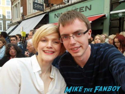 Maxine Peake signing autographs for fans at charlie and the chocolate factory theater premiere london red carpet (18)