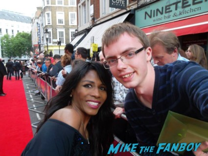 Sinitta signing autographs for fans at the charlie and the chocolate factory theater premiere london red carpet (6)