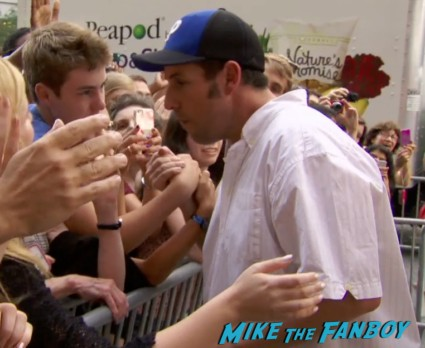 adam sandler signing autographs for fans at grown ups 2 movie premiere adam sandler signing autographs (1)