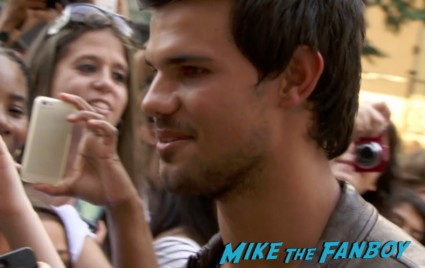 taylor lautner signing autographs for fans at grown ups 2 movie premiere adam sandler signing autographs (1)