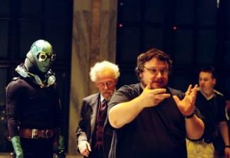 hellboy del Toro Hellboy del toro directing ron pearlman Hellboy promo photo ron pearlman pointing his gun rare