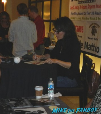 Katey Sagal signing autographs for fans rare hot sexy sons of anarchy star meeting william ragsdale krity mcnichol signing autographs holly 011