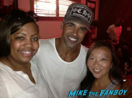 Shemar Moore fan photo meeting Shemar Moore signing autographs for fans rare promo