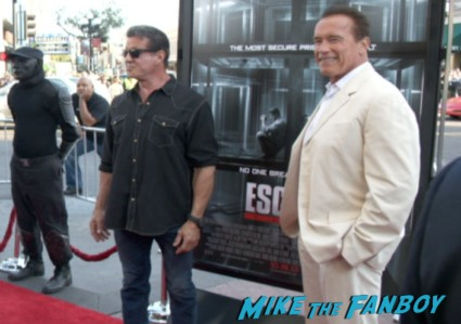 Arnold Schwarzenegger signing autographs at the the escape plan premiere sdcc sylvester stallone signing autographs arnold (1)