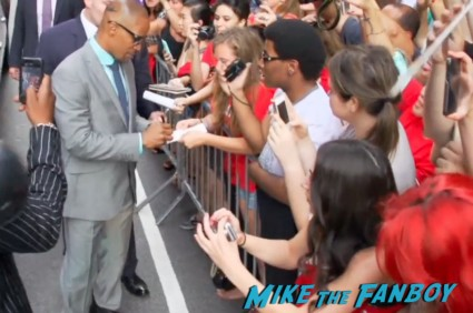 Jamie Foxx signing autographs for fans white house down movie premiere ny channing tatum signing autographs hot (4)