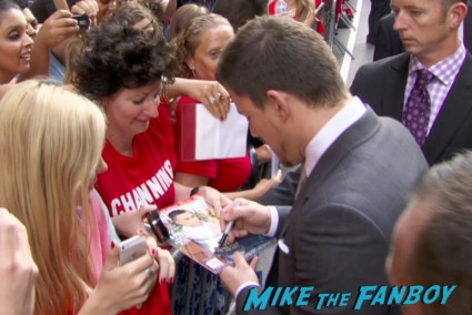 channing tatum signing autographs for fans white house down movie premiere ny channing tatum signing autographs hot (4)
