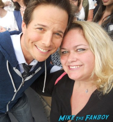 scott wolf signing autographs for fans rare promo fan photo selfie hot