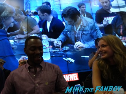 Anthony and Emily anthony mackie signing autogaphs captain america: The Winter soldier signgin Cap's ride san diego comic con rare captai america The Winter soldier motorcycle chris evans