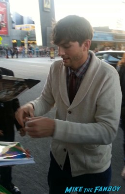 Ashton kutcher signing autographs for fans jobs movie premiere la live rare