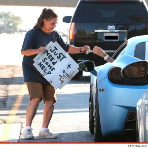 Justin Bieber giving money to a homeless woman on the sreet