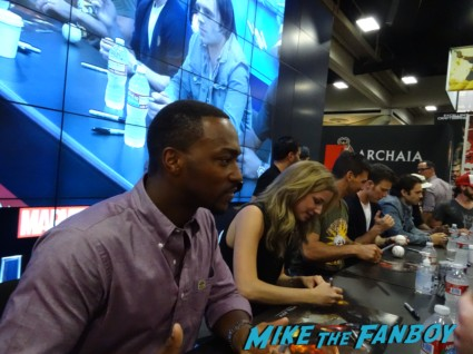 anthony mackie signing autogaphs captain america: The Winter soldier signgin Cap's ride san diego comic con rare captai america The Winter soldier motorcycle chris evans