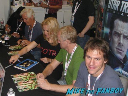 x-files 20th anniversary autograph signing with gillian anderson chris carter dean haglund The crowd at san diego comic con waiting for the x-files autograph signing X-files limited edition comic con comic book