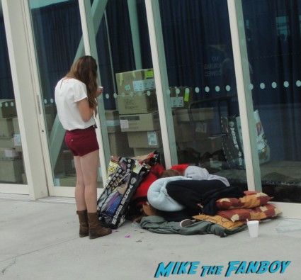 person passed out at comic con day 5 sunday