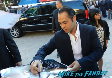 Jose Pablo Cantillo signing autographs for fans at the Elysium Movie Premiere! With Jodie Foster! Matt Damon! Sharlto Copley! Neill Blomkamp! Alice Braga! Diego Luna! Autographs! And More!