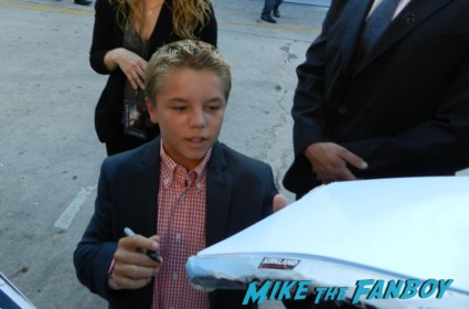 Maxwell Perry Cotton signing autographs for fans at the Elysium Movie Premiere! With Jodie Foster! Matt Damon! Sharlto Copley! Neill Blomkamp! Alice Braga! Diego Luna! Autographs! And More!