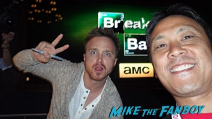 aaron paul signing autographs at sdcc breaking bad signed autograph