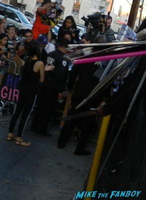 Chloe Grace Moretz signing autographs for fans jimmy kimmel live  liam hemsworth dissing fans chloe grace morentz signing autograp 013