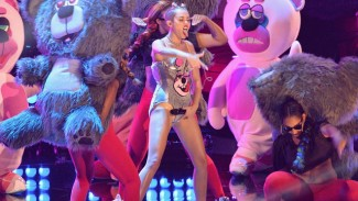 miley cyrus teddy bear orgy mtv video music awards miley cyrus rare shaved head mtv vido music awards show photo sticking her tounge out