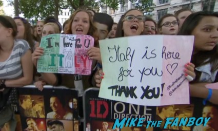 one direction movie premiere london liam payne harry styles niall horan louis tomlinson signing autographs for fans (28)