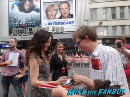 Mary Louise Parker signing autographs at the red 2 european movie premiere red carpet mary louise parker helen mirren (20)