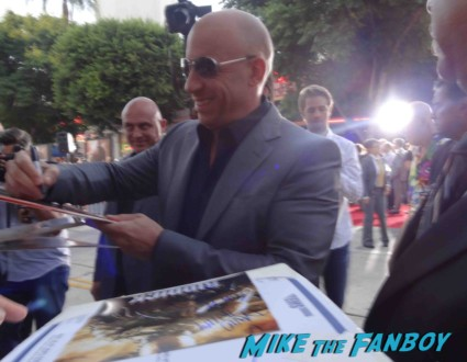Vin Diesel signing autographs for fans riddick movie premiere signed rare
