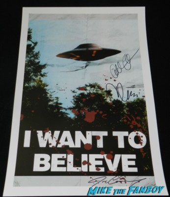 X-files I want to believe signed autograph mini poster gillian anderson chris carter x-files 20th anniversary autograph signing with gillian anderson chris carter dean haglund The crowd at san diego comic con waiting for the x-files autograph signing X-files limited edition comic con comic book