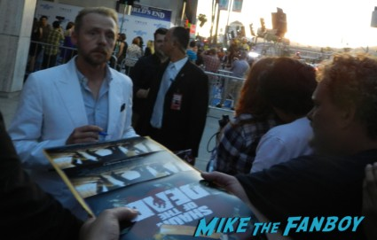 simon pegg signing autographs at the the world's end movie premiere simon pegg signing autographs 025