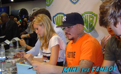 Kristen Bell signing autographs for fans veronica mars cast sdcc 2009 rare wb booth Michael Muheny & enrico Colantoni signing autographs at the WB Booth at comic con sdcc 2009