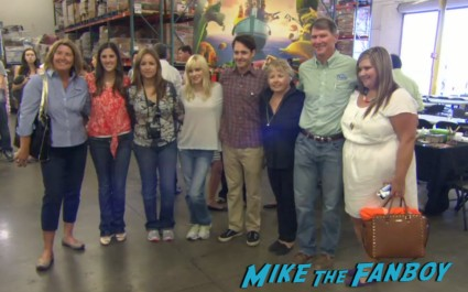 anna faris and will forte signing autographs cloudy with a chance of meatballs food bank bill hader anna farris meeting fans (2)