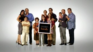 Modern family cast photo rare promo rare