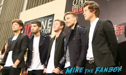 one direction new york movie premiere red carpet signing autographs (25)
