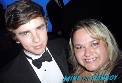 freddie highmore fan photo emmy awards signing autographs