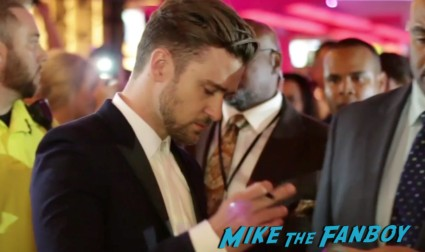 Justin Timberlake signing autographs for fans runner runner world premiere justin timberlake ben affleck signing autographs las vegas (13)