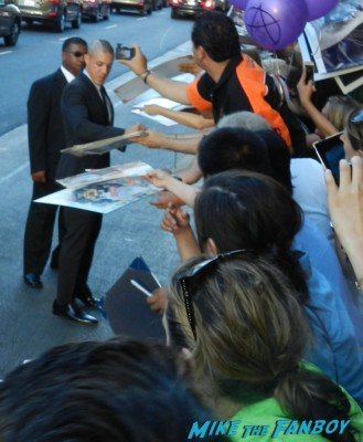 theo rossie signing autographs for fans sons of anarchy season 6 premiere red carpet charlie hunnam 020