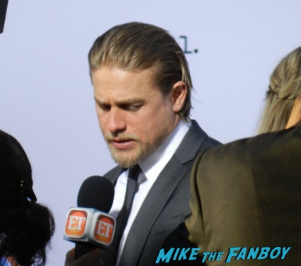 charlie hunnam on the red carpet at the sons of anarchy season 6 premiere red carpet charlie hunnam 020