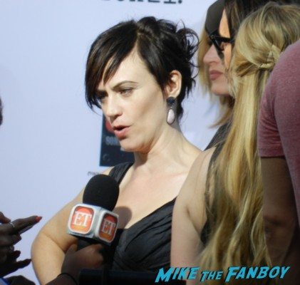maggie siff on the red carpet at the sons of anarchy season 6 premiere red carpet charlie hunnam 028