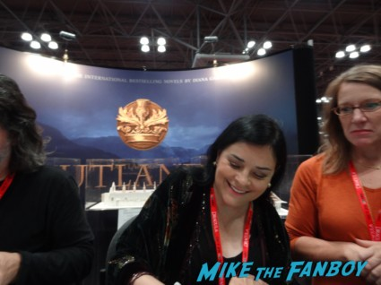 Diana signing outgraphs outlander booth nycc 2013