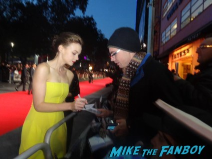 Carey Mulligan signing autographs at the Inside llewyn davis lff premiere red carpet (7)
